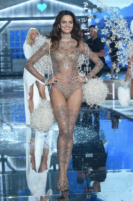 Victorias-Secret-Fashion-Show-2015-Barbara-Fialho-1