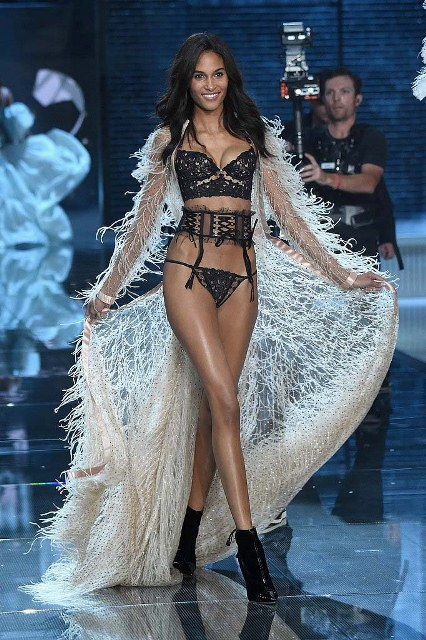 Victorias-Secret-Fashion-Show-2015-Cindy-Bruna-1