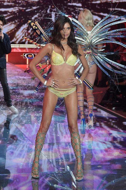 Victorias-Secret-Fashion-Show-2015-Sara-Sampaio