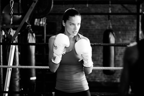 herstyle.com.vn-Adriana-Lima-boxing