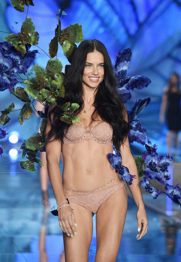 NEW YORK, NY - NOVEMBER 10: Model and Victoria's Secret Angel Adriana Lima walks the runway during the 2015 Victoria's Secret Fashion Show at Lexington Avenue Armory on November 10, 2015 in New York City. (Photo by Dimitrios Kambouris/Getty Images for Victoria's Secret)