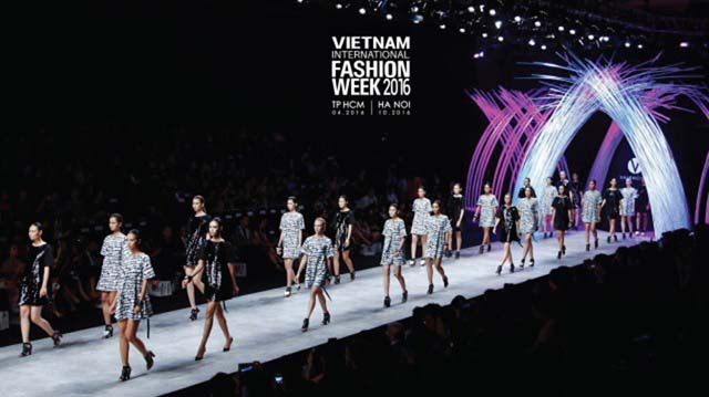 herstyle-com-vn-fashion-week-xuan-he-hinh-anh-2